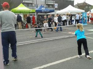 Tennistrainer Ron Hinzmann spielte mit Klein und Groß